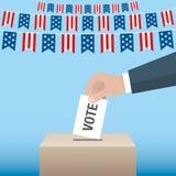 Concetto di giorno di elezioni presidenziali di U.S.A. Mano che mette scheda di votazione Fotografia Stock