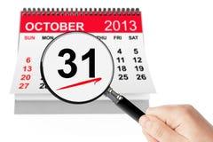 Concetto di giorno di Halloween. Calendario del 31 ottobre 2013 con la lente immagini stock
