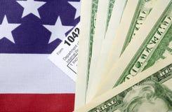 Concetto di giorno di imposta di U.S.A. con la forma ed i contanti di imposta sul reddito sulle stelle e sulla s Immagine Stock Libera da Diritti