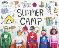Concetto di godimento di esplorazione di avventura del campeggio estivo royalty illustrazione gratis