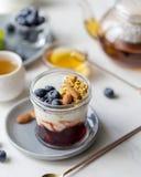 Concetto di granola saporito con yogurt ed il mirtillo fotografia stock