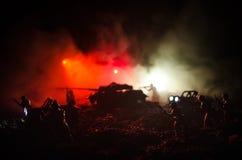Concetto di guerra Siluette militari che combattono scena sul fondo del cielo della nebbia di guerra, siluette dei soldati di gue Fotografie Stock Libere da Diritti