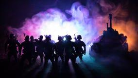 Concetto di guerra Siluette militari che combattono scena sul fondo del cielo della nebbia di guerra, siluette dei soldati di gue Fotografia Stock Libera da Diritti