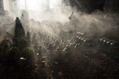 Concetto di guerra Siluette militari che combattono scena sul fondo del cielo della nebbia di guerra, siluette dei soldati di gue Immagine Stock