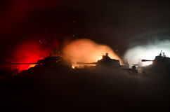 Concetto di guerra Siluette militari che combattono scena sul fondo del cielo della nebbia di guerra, siluette dei soldati di gue Immagini Stock Libere da Diritti