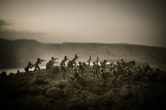 Concetto di guerra Siluette militari che combattono scena sul fondo del cielo della nebbia di guerra, siluette dei soldati di gue Fotografie Stock