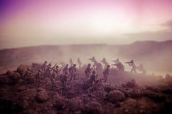 Concetto di guerra Siluette militari che combattono scena sul fondo del cielo della nebbia di guerra, siluette dei soldati di gue Immagini Stock