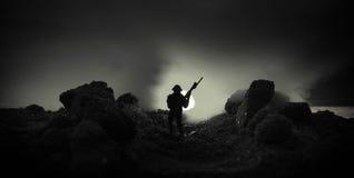 Concetto di guerra Siluette militari che combattono scena sul fondo del cielo della nebbia di guerra, siluette dei soldati di gue Immagine Stock Libera da Diritti