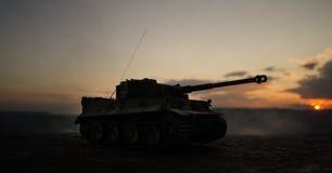 Concetto di guerra Siluette militari che combattono scena sul fondo del cielo della nebbia di guerra, siluette tedesche dei carri Immagini Stock