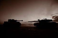 Concetto di guerra Siluette militari che combattono scena sul fondo del cielo della nebbia di guerra, siluette tedesche dei carri Immagine Stock Libera da Diritti