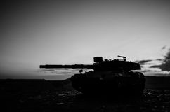 Concetto di guerra Siluette militari che combattono scena sul fondo del cielo della nebbia di guerra, siluette tedesche dei carri Fotografia Stock