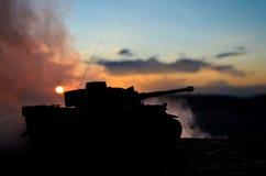Concetto di guerra Siluette militari che combattono scena sul fondo del cielo della nebbia di guerra, siluette tedesche dei carri Fotografia Stock Libera da Diritti