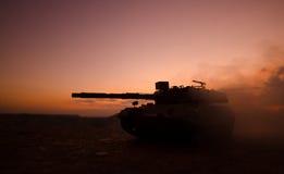 Concetto di guerra Siluette militari che combattono scena sul fondo del cielo della nebbia di guerra, siluette tedesche dei carri Immagini Stock Libere da Diritti