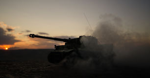 Concetto di guerra Siluette militari che combattono scena sul fondo del cielo della nebbia di guerra, siluette tedesche dei carri Fotografie Stock Libere da Diritti