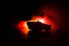 Concetto di guerra Siluette militari che combattono scena sul fondo del cielo della nebbia di guerra, siluette tedesche dei carri Immagine Stock