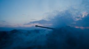 Concetto di guerra Siluette militari che combattono scena sul fondo del cielo della nebbia di guerra, siluette tedesche dei carri Fotografie Stock