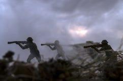 Concetto di guerra Siluette militari e carri armati che combattono scena sul fondo del cielo della nebbia di guerra, siluette dei Immagini Stock Libere da Diritti