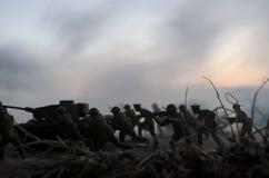 Concetto di guerra Siluette militari e carri armati che combattono scena sul fondo del cielo della nebbia di guerra, siluette dei Immagine Stock Libera da Diritti