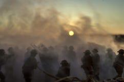 Concetto di guerra Siluette militari e carri armati che combattono scena sul fondo del cielo della nebbia di guerra, siluette dei Fotografia Stock Libera da Diritti
