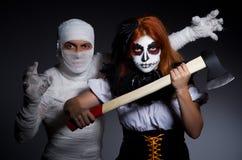 Concetto di Halloween con la mummia e la donna Immagini Stock