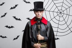 Concetto di Halloween del vampiro - ritratto del vampiro caucasico bello in costume nero e rosso di Halloween immagine stock libera da diritti