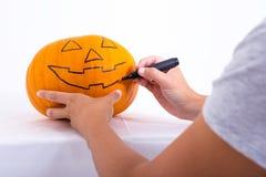 Concetto di Halloween - equipaggi la zucca del disegno con l'indicatore Immagini Stock Libere da Diritti