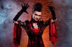 Concetto di Halloween: giovane e vampiro sexy della signora Fotografie Stock Libere da Diritti