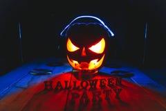 Concetto di Halloween Lampada della presa della zucca, in cuffie con i CD immagini stock