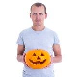 Concetto di Halloween - uomo con la Jack-O-lanterna della zucca isolata sopra Immagine Stock Libera da Diritti