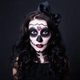 Concetto di Halloween - vicino su della giovane donna con il cranio componga immagine stock