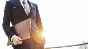 Concetto di Holding Briefcase Standing dell'uomo d'affari Fotografia Stock Libera da Diritti
