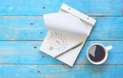 Concetto di idea con il taccuino, la penna di palla e una tazza di caffè Immagine Stock Libera da Diritti