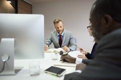 Concetto di idee di lavoro di squadra di conferenza dei colleghi di affari immagini stock libere da diritti