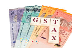 Concetto di IMPOSTA di GST con l'alfabeto dal gioco da tavolo e dalla valuta Immagini Stock