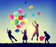 Concetto di innocenza di immaginazione di felicità di libertà dei bambini del gruppo Fotografie Stock