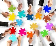 Concetto di integrazione e di lavoro di squadra con i pezzi di puzzle Immagine Stock Libera da Diritti