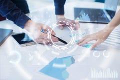 Concetto di Internet, di affari e di tecnologia Fondo delle icone, dei diagrammi e dei grafici sullo schermo virtuale fotografia stock