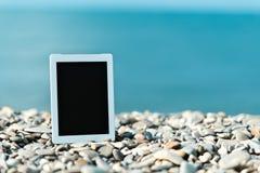 Concetto di Internet e della comunicazione. computer in bianco della compressa sopra fotografia stock libera da diritti