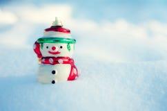 Concetto di inverno con il pupazzo di neve sul fondo della neve Fotografie Stock