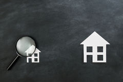 Concetto di investimento immobiliare con la lente Fotografie Stock