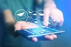 Concetto di invio del email sull'interfaccia dello smartphone con il messaggio CI immagini stock