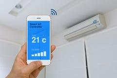 Concetto di IOT, condizionatore d'aria astuto a distanza di controllo con il App immagine stock