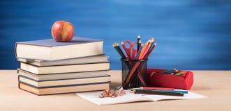 Concetto di istruzione con i rifornimenti di scuola Immagine Stock