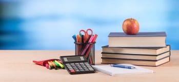 Concetto di istruzione con i rifornimenti di scuola Fotografie Stock Libere da Diritti