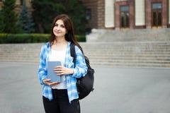 Concetto di istruzione, della città universitaria e dello studente Wi sorridenti della studentessa Immagine Stock Libera da Diritti