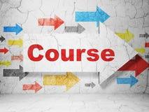 Concetto di istruzione: freccia con il corso sul fondo della parete di lerciume Fotografia Stock Libera da Diritti