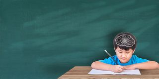 Concetto di istruzione, ragazzo che si siede con i libri Fotografie Stock Libere da Diritti