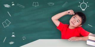 Concetto di istruzione, ragazzo che si siede con i libri Fotografia Stock