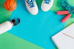 Concetto di istruzione di sport con le scarpe e la palla di calcio fotografie stock
