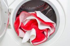 Concetto di lavare lavanderia colorata Primo piano della lavatrice e dei vestiti variopinti immagine stock